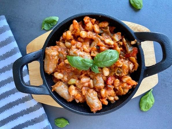 Italiaanse witte bonen in tomatensaus met chipolata worstjes
