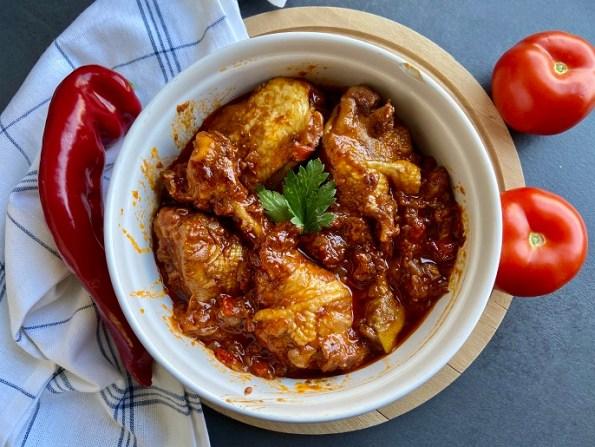 Spaanse kip in tomaten-paprikasaus