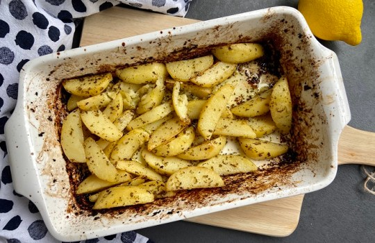 Griekse citroen-knoflookaardappeltjes uit de oven