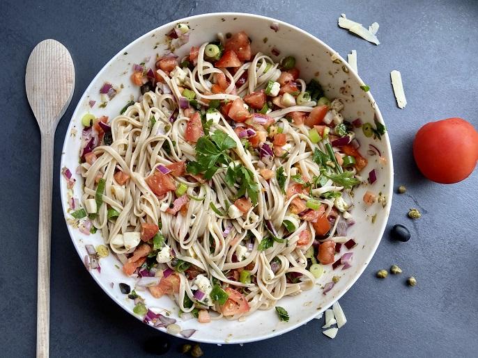 Linguine met rauwe tomaten, olijven en kappertjes