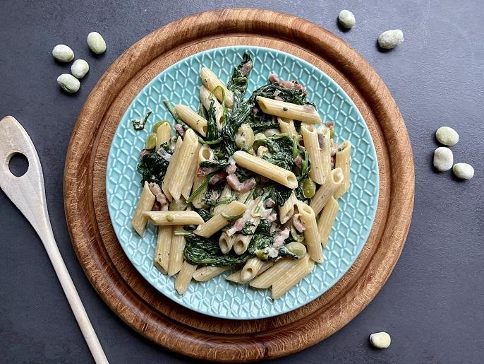Pasta met tuinbonen, spinazie en spekjes