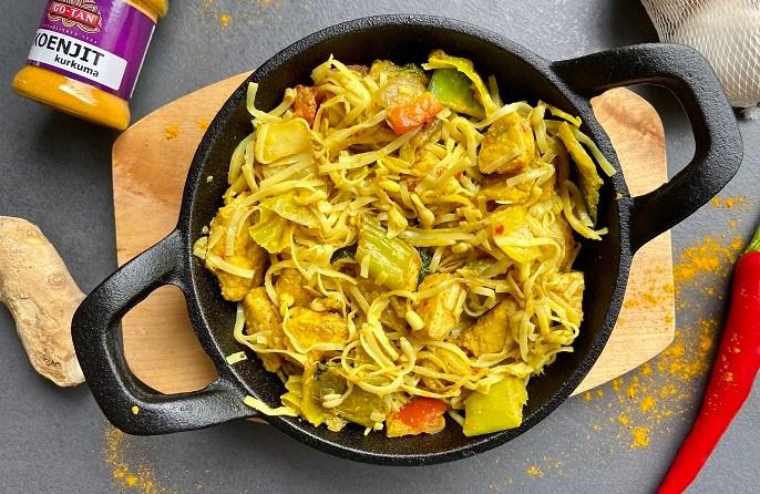 kerrie rijstnoedels met kip en Oosterse groente