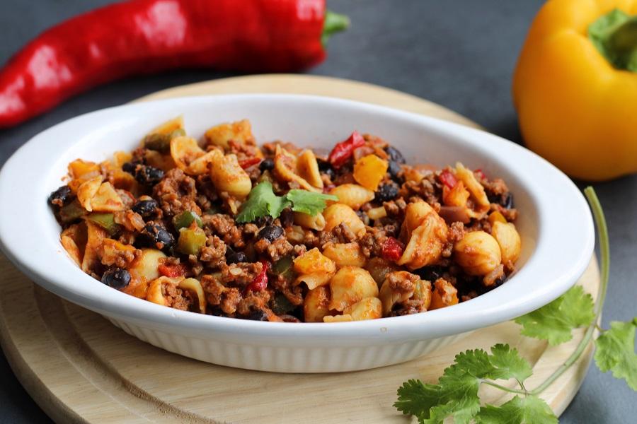 Cajun pasta met paprika, zwarte bonen en gehakt