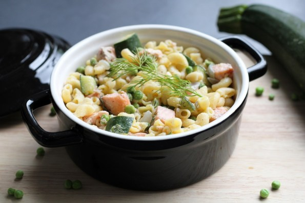 macaroni met tuinerwten, courgette en zalm
