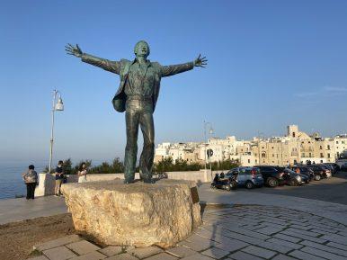 Polignano a mare, Statua di Modugno