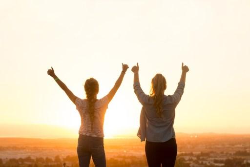 Réussite au soleil heureux et bonheur