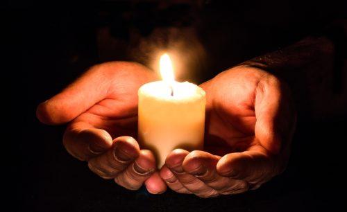 Méditation au coin du feu de la bougie