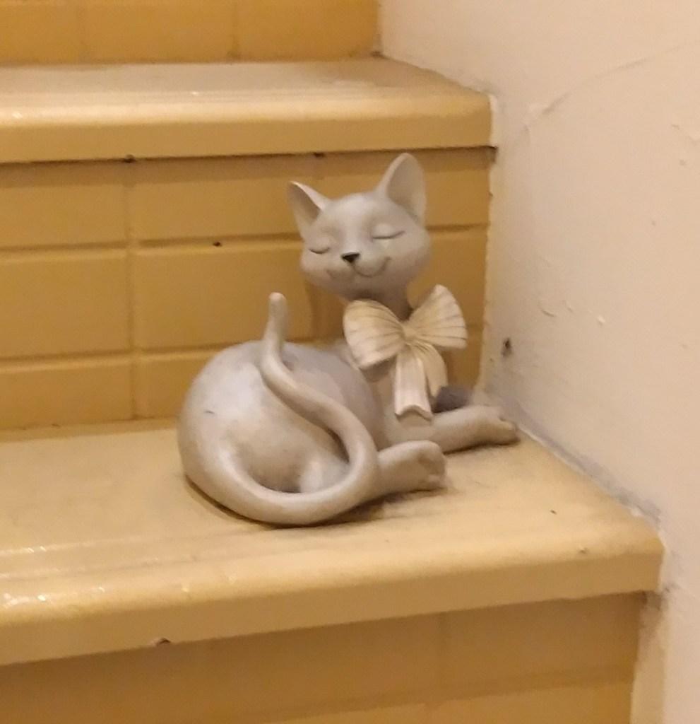 『猫カフェ ねこちゃる』階段の置物1