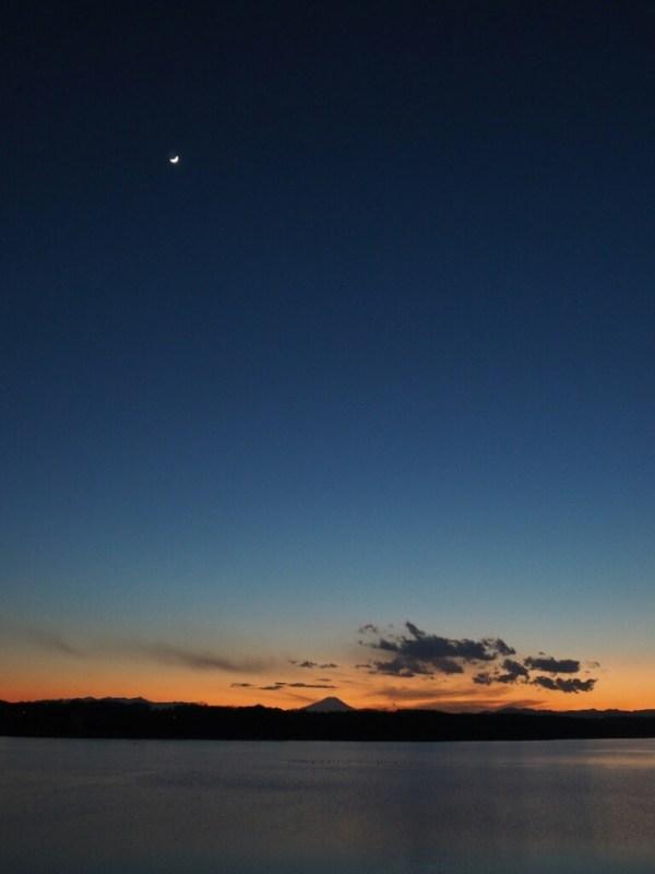 多摩湖の夕日と月