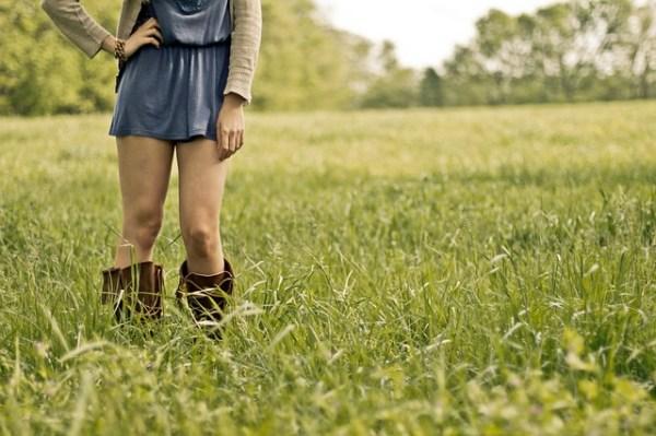 スカートから出た足