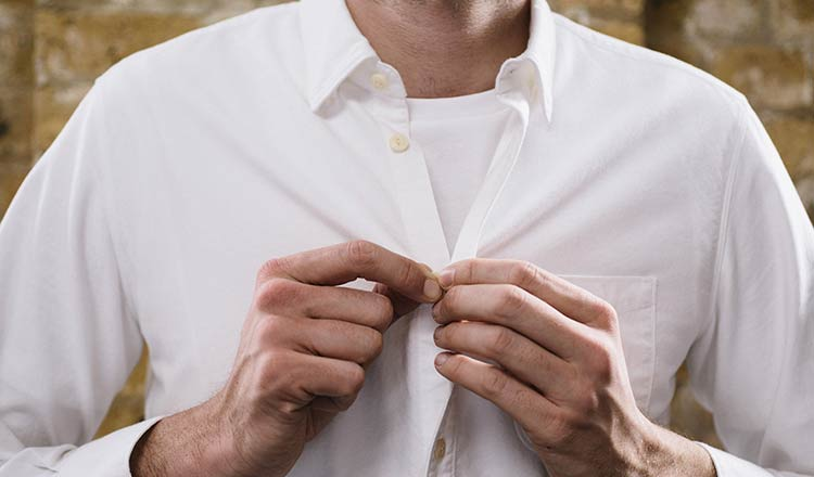 Camiseta embaixo da camisa social, ser ou não ser?