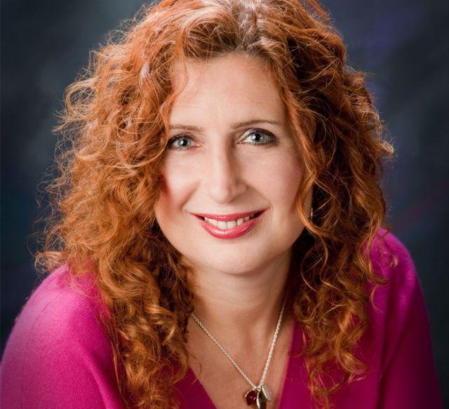 A képen Paullina Simons, a Bronzlovas című regény szerzője
