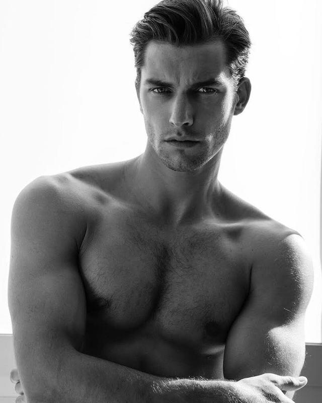 A képen a borítón is látható modell, Lucas Garcez pózol