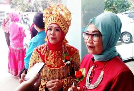 Kadisparbud Jawa Barat Ida Hernida dan Kepala Balai Pengelolaan Museum Negeri Sri Baduga sebelum opening ceremony Museum Sri Baduga Expo 2017