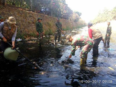 Anggota Koramil 1802 Cibeunying bersama komponen masyarakat membersihkan sungai Cidurian pada program Citarum Bestari 2017