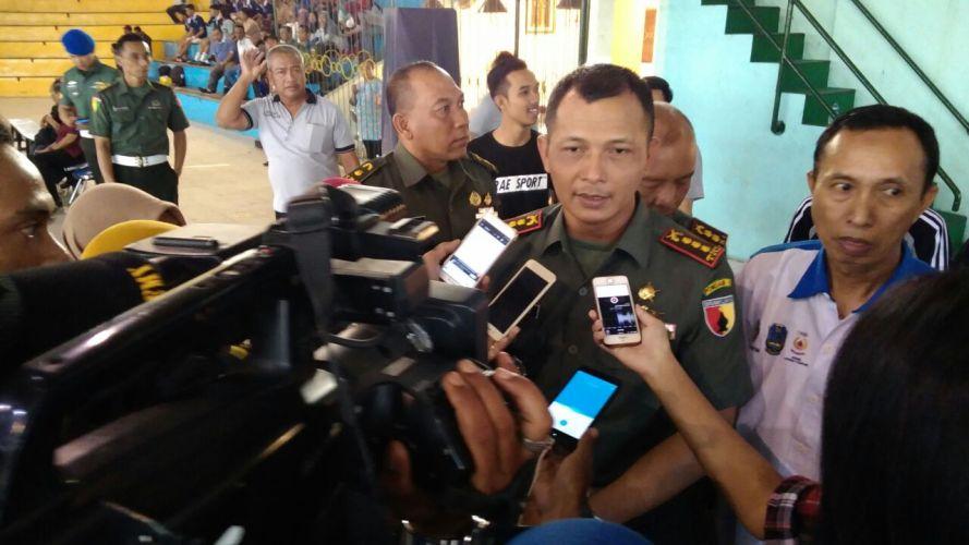 Komandan Pomdam Brawijaya Kolonel Cpm Subiakto saat wawancara dengan wartawan di Dan Pomdam Cup Futsal U-17
