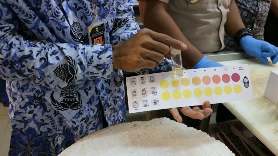 Sidak BKIPM dan Dispangtan Bandung terhadap ikan dori Vietnam di retail modern Kota Bandung