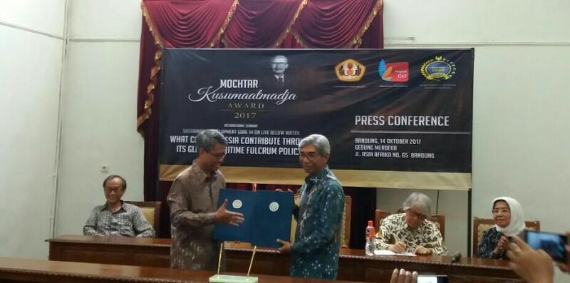 Penandatanganan MoU antara Unpad dan Kementerian Luar Negeri RI di acara Mochtar Kusumaatmadja Award 2017