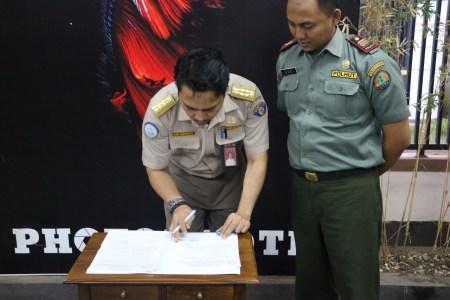 Tanda tangan berita acara serah terima hewan labi-labi dari BKIPM Bandung kepada BBKSDA Jawa Barat