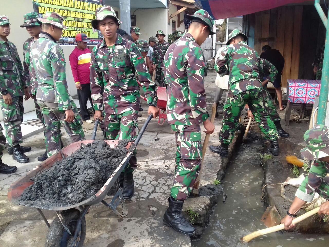 Karya bakti personel Yonif 301 di Pasar Sukamantri Kabupaten Sumedang dalam rangka Hari Juang Kartika 2017