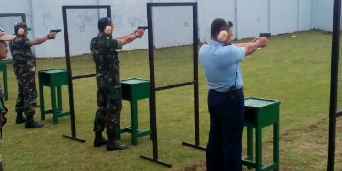 Suasana latihan menembak di acara silaturahmi jurnalis bela negara dan jajaran TNI AU Lanud Husein Sastranegara