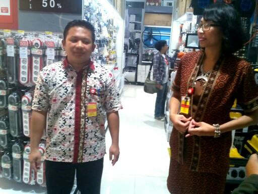 Store Manager ACE Bandung Gateway Agus Supriyono (kiri) menjelaskan pada kesempatan acara grand opening, dibukanya ACE Bandung Gateway untuk lebih mendekatkan produk-produk berkualitas ACE
