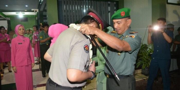 Danrem O84/Bhaskara Jaya Kolonel Kav M. Zulkifli melaksanakan pengalungan bunga kepada Kombes Pol. M Iqbal saat kunjungannya ke Makorem, (30/11/2017).