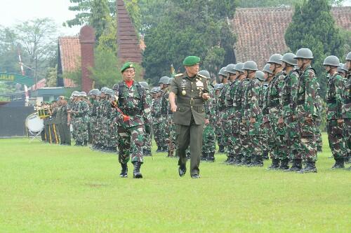 Dankodiklat TNI AD Letjen TNI Agus Kriswanto mengecek kesiapan pasukan pada pembukaan Diktukcab TA 2018