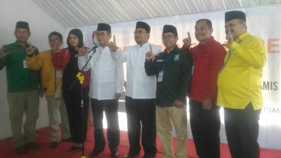 Bakal pasangan calon Bupati Kabupaten Ciamis, H Iing Syam Arifin dan Oih Burhanudin yang diusung oleh Partai Golkar, PDIP, PPP, PKB dan Partai Hanura saat mendaftar ke KPU Kabupaten Ciamis.