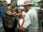 Wakil Ketua DPRD Kota Banjar, Nana Suryana, tampak ikut membagikan bantuan paket sembako Presiden RI Jokowi kepada warga di pasar tradisional Kota Banjar, Selasa (16/1/2018).