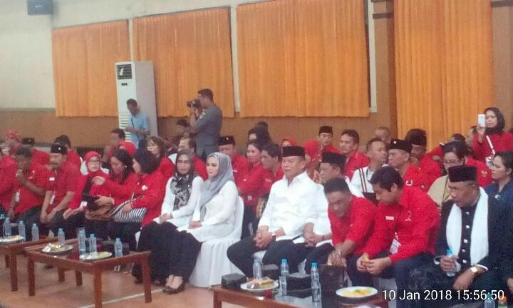 Pasangan calon gubernur dan wakil gubernur Jawa Barat yang diusung oleh PDIP, Tubagus Hasanudin dan Anton Charliyan, saat mendaftar ke KPU Jabar, Rabu (10/1/2017).