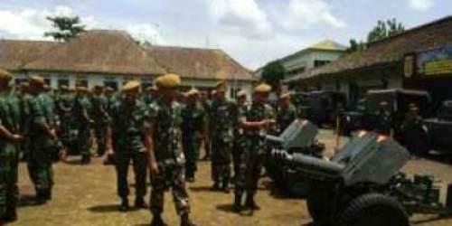 Danpussenarmed meninjau alutsista Yonarmed Magelang