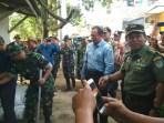 Pangdam Siliwangi Mayjen TNI Besar Harto Karyawan di lokasi pembongkaran bangunan di Desa Pangauban, Kabupaten Bandung