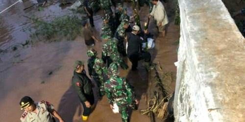 Pembuatan tanggul penahan tanggul yang jebol di Cisaranten Endah Kecamatan Arcamanik Kota Bandung