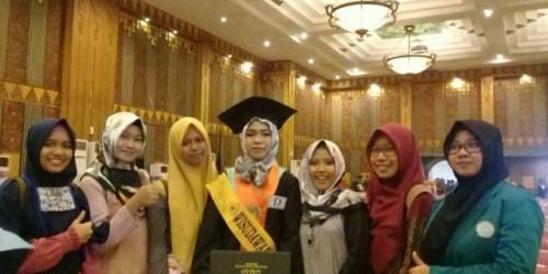Devi Yulistiani, putri seorang buruh bangunan yang sukses sebagai lulusan terbaik Unwahas