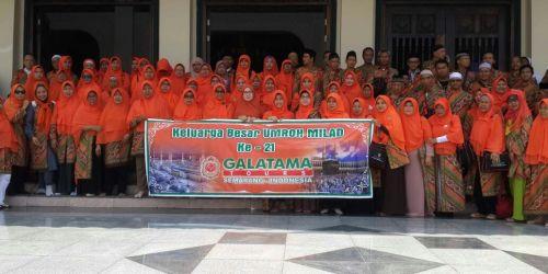 Jamaah dan petugas PT Galatama Tour berfoto bersama di Plaza Masjid Agung Jawa Tengah (MAJT), Jalan Gajah Raya, Gayamsari, Senin (16/4/2018).