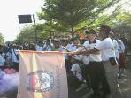 Ketua KPU Kota Banjar Dani Danial Muklis melepas peserta gerak jalan santai di Lapang Taman Bhakti, (29/4/2018).