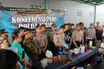 Polda Jabar saat menggelar konferensi pers terkait miras oplosan yang memakan banyak korban di Cicalengka Kabupaten Bandung