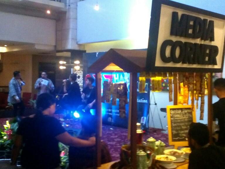 Peluncuran Media Corner di Hotel Golden Flower Kota Bandung yang dimeriahkan oleh kehadiran Mulan Jameela bersama Petty dan Jebe serta penyanyi Gloria Jessica