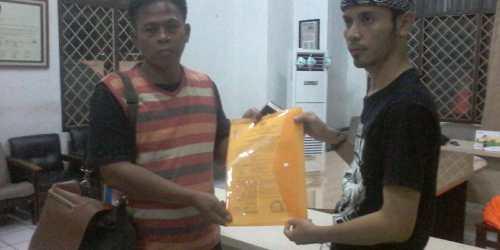 Ketua KPU Kota Banjar Dani Danial Muhklis menyerahkan berita acara kepada perwakilan Panwaslu