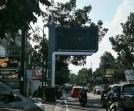 g berdiri di Jalan Surya SumantriSumantri, Kota Bandung.