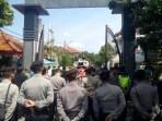 Elemen masyarakat dari Gerakan Pemuda Anti Ijazah Palsu (GPAIP) menggelar aksi unjuk rasa di Kantor KPU Provinsi Jabar