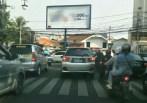 Papan reklame promosi rokok yang berdekatan dengan SDN Merdeka Kota Bandung