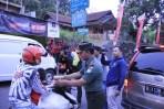 TNI Dan Polri Bagikan Takjil Gratis Kepada Para Pemudik Yang Melintas Kota Banjar