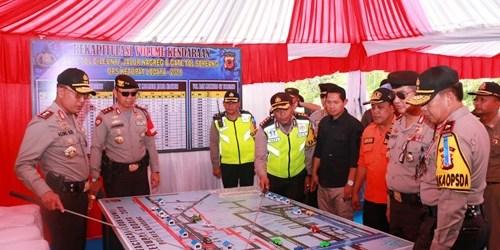 Kapolda Jabar dan Kakor Sabhara menerima paparan dan Kapolres Bandung terkait dengan laporan rekapitulasi volume kendaraan di wilayah Nagreg Kabupaten Bandung.