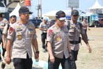 Kapolri Jenderal Pol Tito Karnavian (tengah), bersama Kapolda Jabar Irjen Pol Agung Budi Maryoto (kiri), saat melaksanakan giat kunjungan ke Pos Terpadu Operasi Ketupat 2018 Cikopo untuk meninjau dan memberikan arahan terhadap situasi arus balik