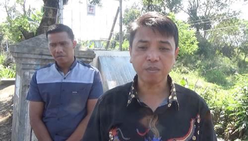 Kepala Desa Baros Kecamamatan Arjasari, Anton Rudiana, saat wawancaranya dengan wartawan seusai kegiatan pemusnahan miras ilegal