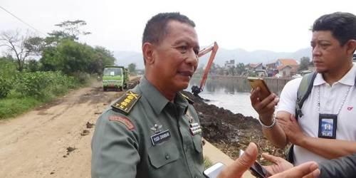 Dansektor 6 Satgas Citarum Harum, Kolonel Inf Yudi Zanibar, saat memberikan keterangannya kepada awak media disela kegiatan pengerukan Sungai Citarum wilayah Cikarees, Jumat (7/9/2018).