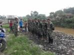 Tak Kenal Libur, Satgas Citarum Lanjut Bersihkan Sampah Sungai