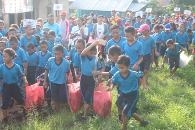 Peserta jalan sehat memperingati Hari TBC Sedunia di Benteng Jawa